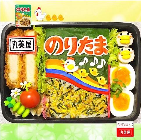 ふりかけご飯の日。塩ゆでした小松菜、スライスチーズ、食紅で着色したかまぼこなどを使用。制作&写真/まこつ