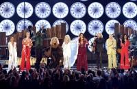 ドリー・パートンが参加して、ケイティ・ペリー/ケイシー・マスグレイヴスとの「Here You Come Again」、マイリー・サイラスとの「Jolene」、マイリー・サイラス/マレン・モリスとの「After The Gold Rush」、リトル・ビッグ・タウンとの「Red Shoes」、最後は全アーティストたちによる「9 To 5」がドリー・パートン メドレーとして披露された