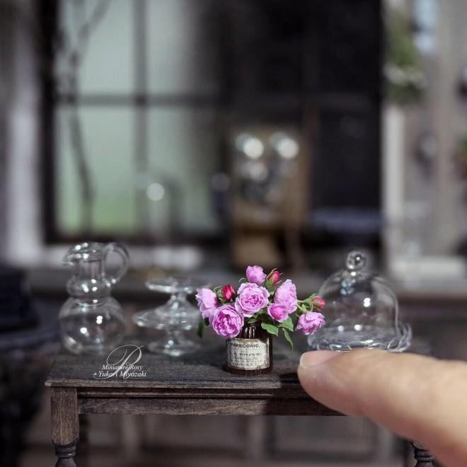 イングリッシュローズの「チャールズレニー マッキントッシュ」をモデルにした作品。