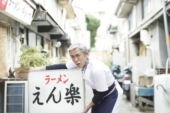 大杉漣さんが務めたラーメン屋「えん楽」の大将役を引き継いだ寺島進 (C)メ〜テレ