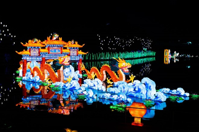 『チャイナランタンフェスティバル』で展示されている「鯉の登龍門」