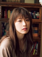 『高山一実写真集 独白』通常版表紙カット 撮影:嶌村吉祥丸