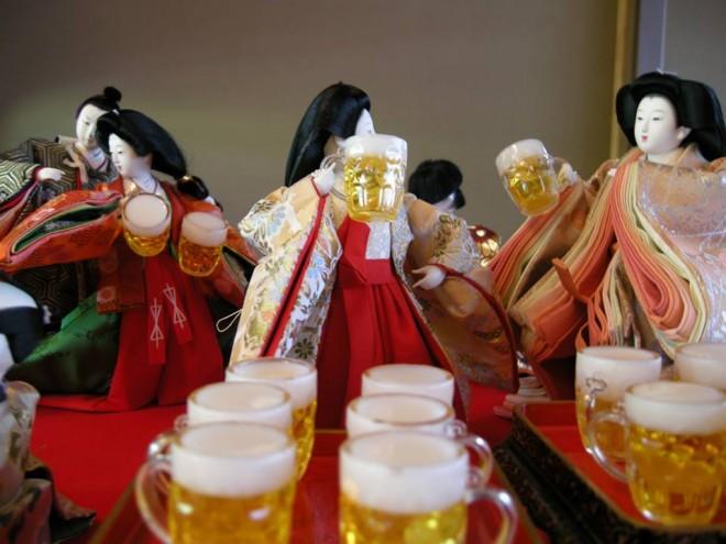 ビールで酒盛りするおひな様