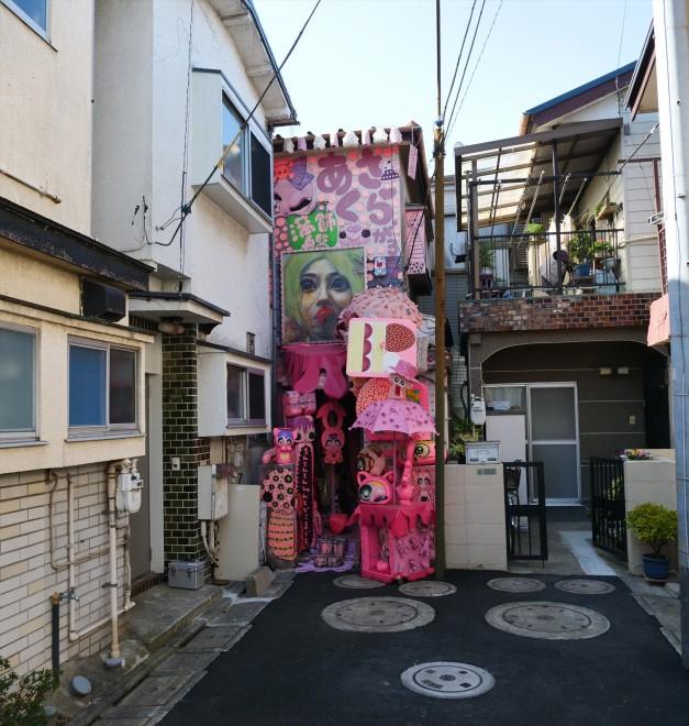 「ピンクは脳に美味しいんです」 閑静な住宅街に突如現れるピンクの館『あさくら画廊』オーナーを直撃