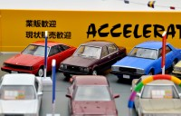 旧車ショップオーナーを疑似体験! トミカラマ ヴィンテージ04c アクセル426(2018年9月/税抜8800円)