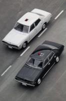 01のセドリック (黒) と同時期に活躍した、もう1台の特命車 グロリア2000SGL(白)