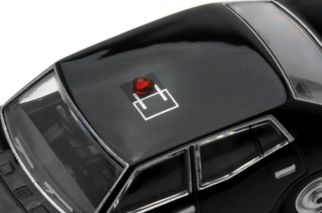 屋根中央の反転式赤色灯が大きな特徴、特捜最前線01 セドリック2000デラックス(黒)(2015年1月/税抜2400円)