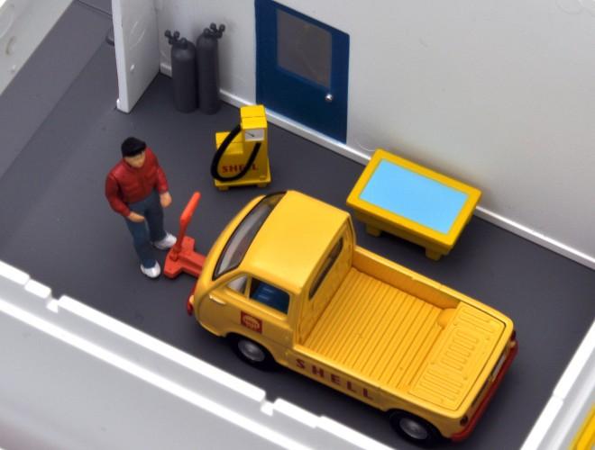 屋根が外れ、塀や歩道は差込式の半完成品タイプ、トミカラマヴィンテージ02a ガソリンスタンド(シェル)(2011年8月/税抜7800円)