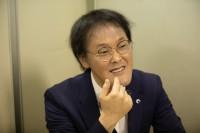 インタビューに答える稲田