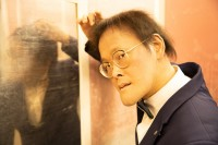エレベーターでキメ顔を見せる稲田