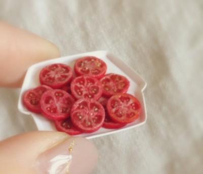 種の大きさ一粒にもこだわった「トマト」。制作&写真/fraise
