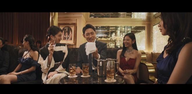 『ハズキルーペ』のCM「クラブ」編より