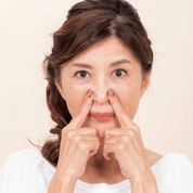 【目尻&口角アップップ 1】美容液かクリームを塗り、小鼻横から上へ向けて。「アップップー」×3回(3秒)