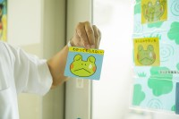 親にとっても子どもに言葉をかけるヒントになる『見る目をかえる 自分をはげます かえるカード』