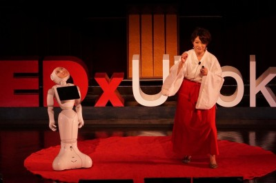 「デジタルシャーマン・プロジェクト」についてプレゼンを行う市原えつこさん TEDxUTokyo@東京大学安田講堂