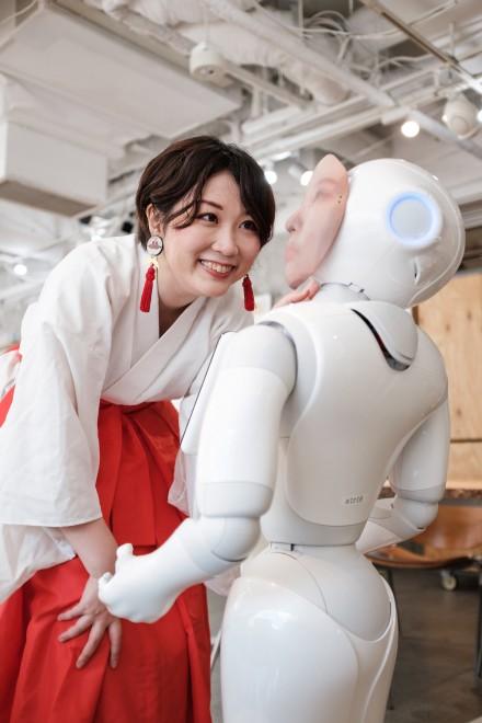 """デジタル巫女で""""死をデザイン"""" 人型ロボットに故人を宿す新たな""""弔い""""の形"""