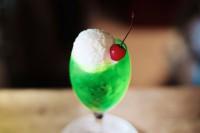 鮮やかなグリーンとアイスクリームのホワイトに赤いチェリーが映える