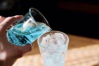 【アクアマリンのクリームソーダ】水色シロップをガムシロで薄めて氷の入ったグラスに注ぐ