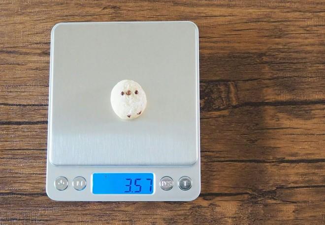 「0.01g単位ではかれるキッチンスケールを今更購入 ちなみにシマエナガちゃんの体重は3.57g」