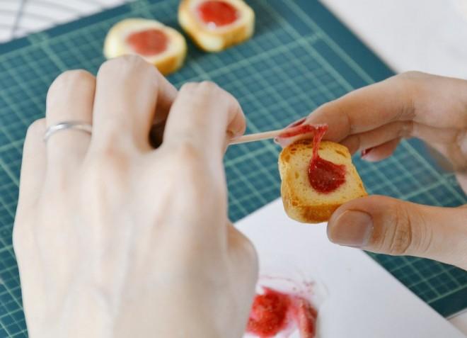「ミニチュアパントースト教室 トーストにいちごジャムをとろーり編」