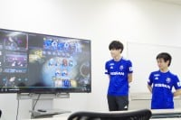 横浜F・マリノス所属のあぐのむ選手(左)、シーズンオフ中には、eスポーツのコースを持つ専門学校などを訪れ交流