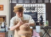 帽子を制作するKENTさん