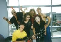 仕事のオフショット写真。海外のバンドに扮している(写真前列一番右)