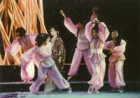 舞台上の写真。踊り子をこなす上村(写真右から二番目)