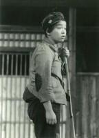 舞台上の写真。少年役をこなす上村