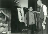 舞台上の写真。少年役をこなす上村(写真左)