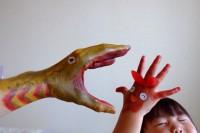 手に絵を描こうよと娘に誘われて、一緒に絵の具でお絵描き。リボンちゃんと蒲田くん。#シンゴジラ遊び