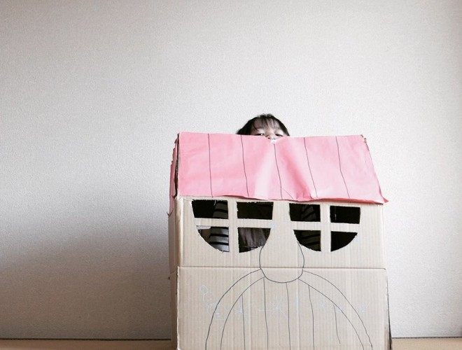 「赤い屋根の、窓から外が見える、かわいいおうち」という施工主様のご要望をもとに建築した注文住宅