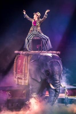 象に乗って登場した松任谷由実。演出のモチーフは「OLIVE」ツアー(79年)