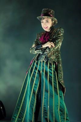 『THE DANCING SUN TOUR』(94年〜95年)のオープニング衣装をモチーフにしたスパンコールの燕尾服 Photo by 田中聖太郎