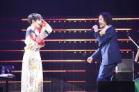 椎名林檎とライブで共演するトータス松本