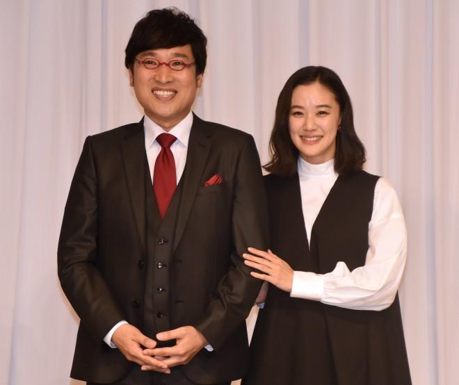 結婚会見を行った南海キャンディーズの山里亮太&蒼井優