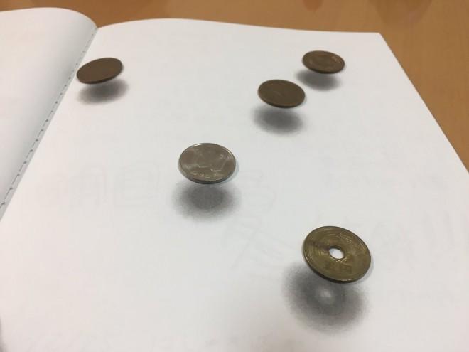 浮遊コイン。影がイラストでコインは本物。制作・写真/Mozu