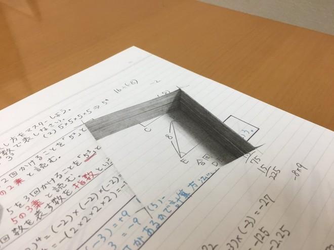 穴のあいたノート。ノートの厚みにも注目?制作・写真/Mozu