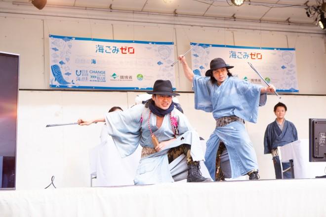主に渋谷で路上のごみ拾いのストリートパフォーマンスを行なっている一世一代時代組(ゴミ拾い侍)