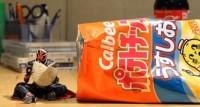 『仮面ライダーウィザードがカルビーのポテトチップスを食べる』ポテチの持ち方も細かい