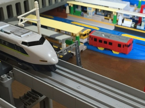 山陽本線・山陽新幹線・広島電鉄「広島駅」、新幹線は100系新幹線のフレッシュグリーンを使用