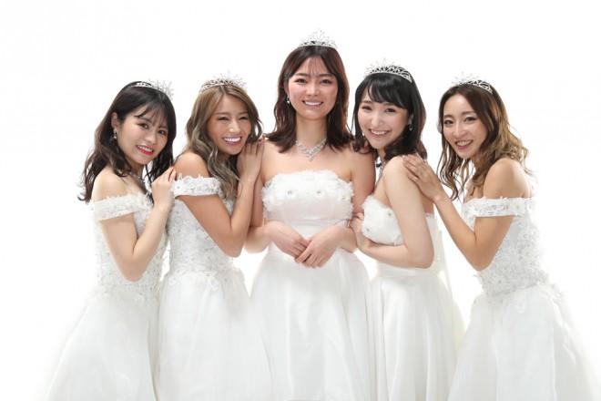 『第4回整形シンデレラオーディション』ファイナリストたち。左から、グランプリに輝いた尾上七海さん、金子絵梨香さん、加藤叶華さん、太田佑佳さん、山田麻莉亜さん