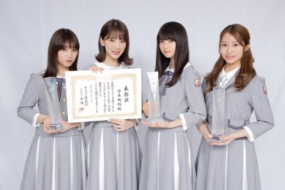 トロフィーと賞状を手にして喜ぶ乃木坂46メンバー