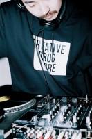 DJとして活躍するdooooさん
