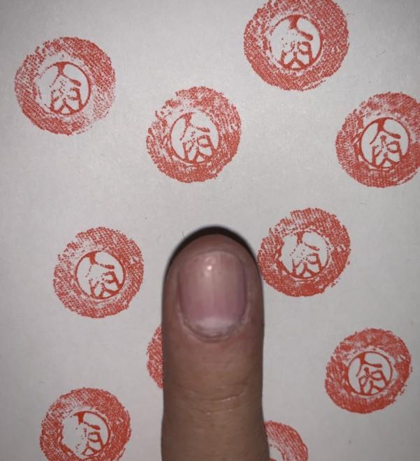 「人肉印鑑」 印鑑で押した「人肉」の文字が赤々と目立つ