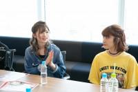 インタビューに答える絹本夏海(左)と松本璃奈(右)
