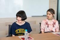 インタビューに答える鏡味のぞみ(左)と手塚愛乃(右)