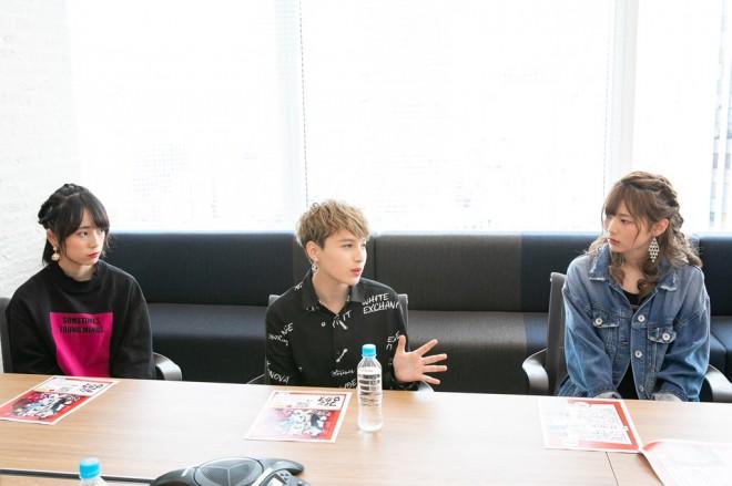 インタビューに答える有働優菜(左)とEmily(中)と絹本夏海(右)
