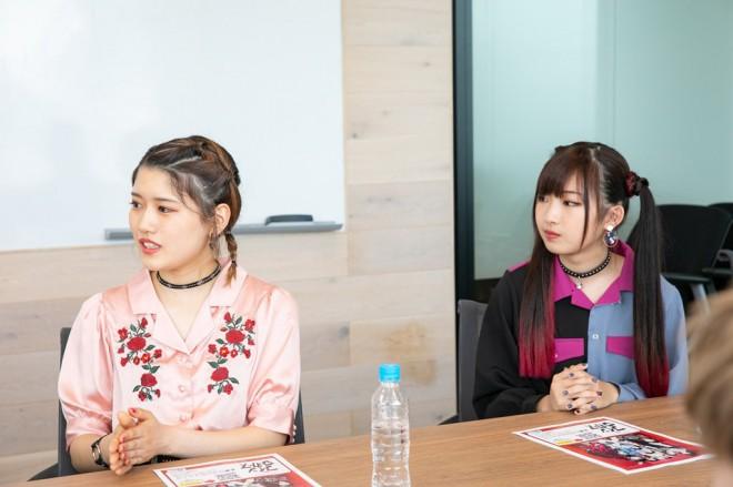 インタビューに答える手塚愛乃(左)とHANNA(右)