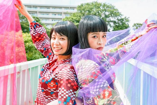 メジャー・ベストアルバム『いい過去どり』(7月17日発売)をリリースするチャラン・ポ・ランタン/左からもも(妹)、小春(姉)